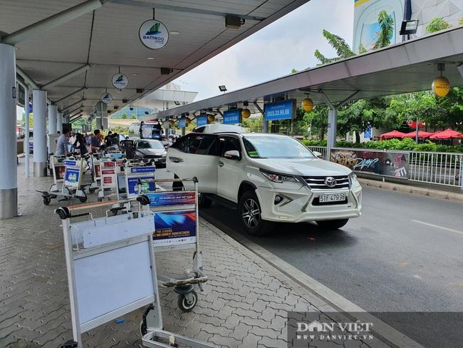 Ô tô nối đuôi, khách kéo hành lý ra khỏi sân bay Tân Sơn Nhất sau lễ - Ảnh 8.