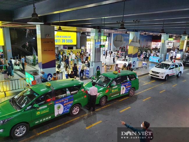 Ô tô nối đuôi, khách kéo hành lý ra khỏi sân bay Tân Sơn Nhất sau lễ - Ảnh 6.