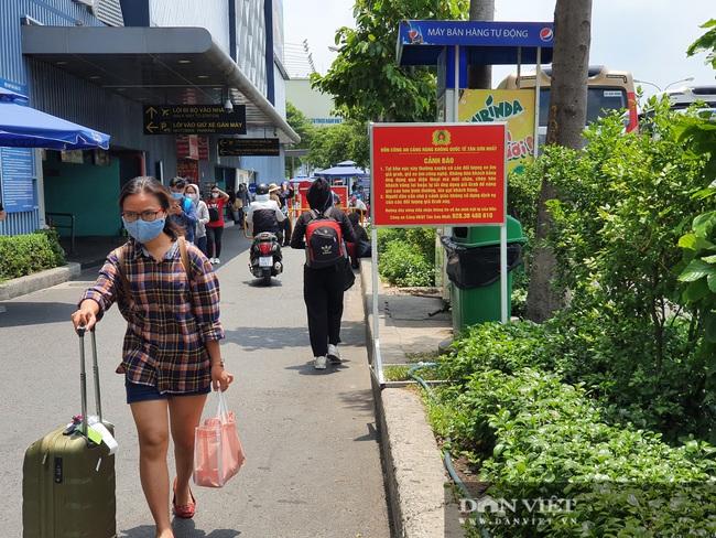Ô tô nối đuôi, khách kéo hành lý ra khỏi sân bay Tân Sơn Nhất sau lễ - Ảnh 11.