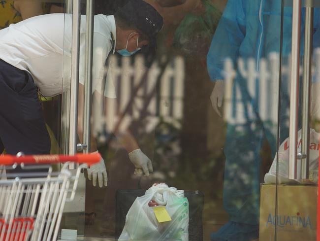 Phong tỏa, tiếp tế đồ ăn chung cư ở Times City có chuyên gia Ấn Độ dương tính với SARS-CoV-2 - Ảnh 11.