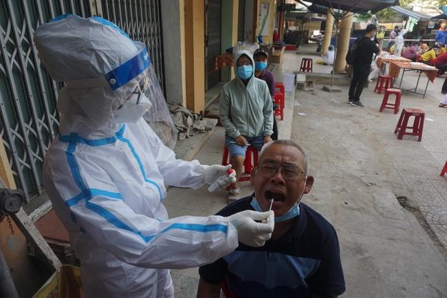 ẢNH: Xét nghiệm hơn 500 tiểu thương tại khu chợ nữ nhân viên massage mắc Covid-19 từng đến - Ảnh 3.