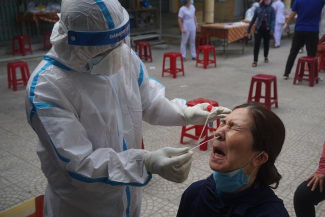ẢNH: Xét nghiệm hơn 500 tiểu thương tại khu chợ nữ nhân viên massage mắc Covid-19 từng đến - Ảnh 4.