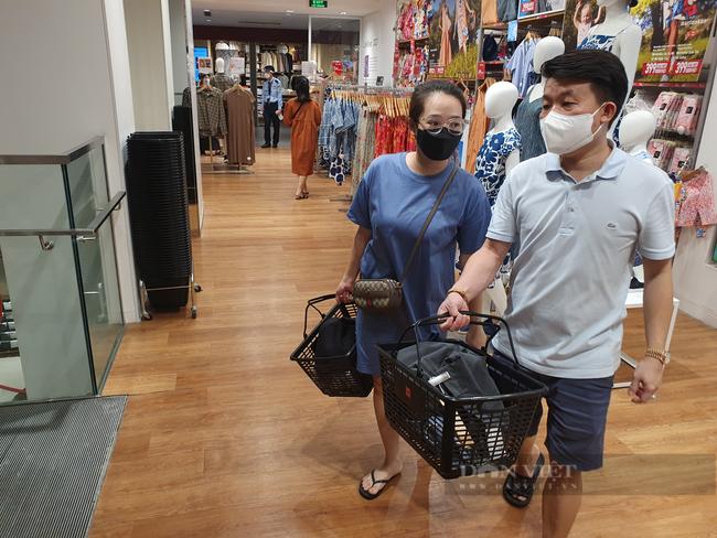 Người Sài Gòn chi tiền triệu mua quần áo, xếp hàng dài chờ thanh toán - Ảnh 3.