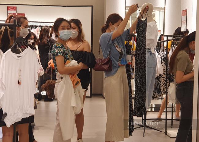 Người Sài Gòn chi tiền triệu mua quần áo, xếp hàng dài chờ thanh toán - Ảnh 2.