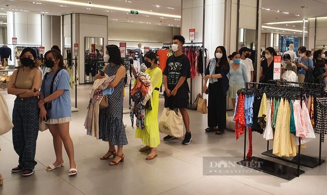 Người Sài Gòn chi tiền triệu mua quần áo, xếp hàng dài chờ thanh toán - Ảnh 1.