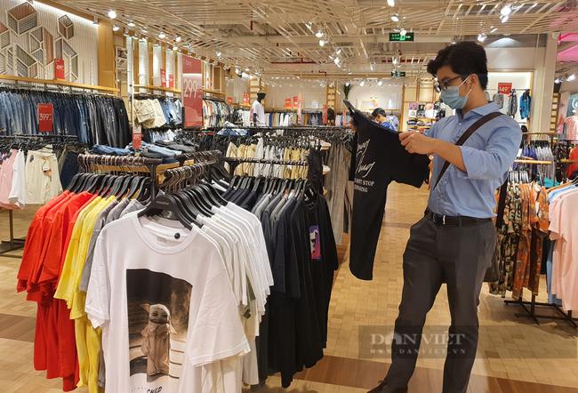 Người Sài Gòn chi tiền triệu mua quần áo, xếp hàng dài chờ thanh toán - Ảnh 4.