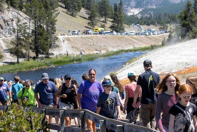 """Mỹ: Bất chấp Covid-19, Vườn Quốc gia Yellowstone vẫn lập kỷ lục đón 1 triệu khách du lịch/tháng """"trái mùa"""" - Ảnh 2."""