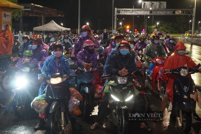 Đà Nẵng: Xuyên đêm hỗ trợ đoàn người hồi hương chạy xe máy qua hầm Hải Vân  - Ảnh 1.