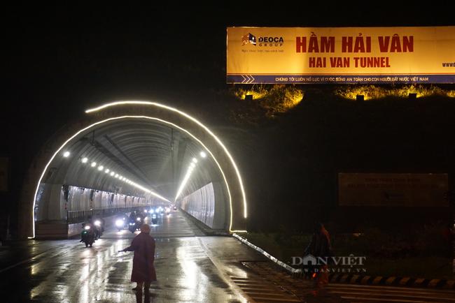 Đà Nẵng: Xuyên đêm hỗ trợ đoàn người hồi hương chạy xe máy qua hầm Hải Vân  - Ảnh 3.