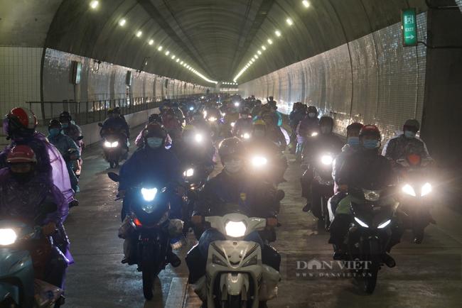 Đà Nẵng: Xuyên đêm hỗ trợ đoàn người hồi hương chạy xe máy qua hầm Hải Vân  - Ảnh 4.