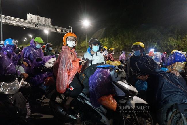 Đà Nẵng: Xuyên đêm hỗ trợ đoàn người hồi hương chạy xe máy qua hầm Hải Vân  - Ảnh 2.