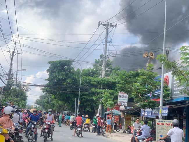 TPHCM: Cháy cửa hàng sơn lan sang nhà dân ở vùng ven   - Ảnh 1.