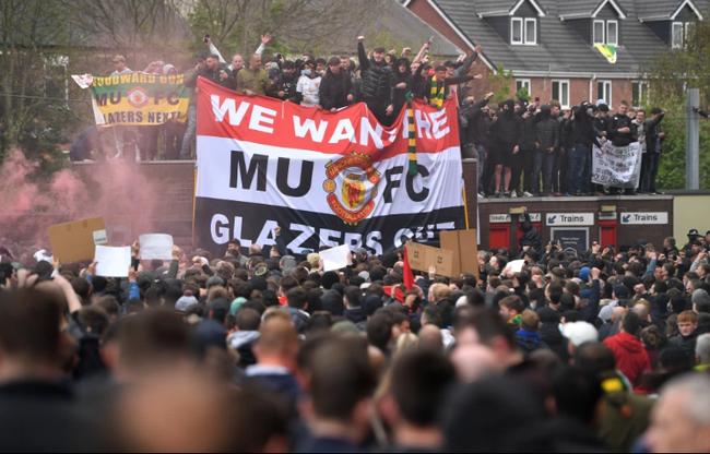 CĐV M.U biểu tình khiến trận 'derby nước Anh' bị hủy.