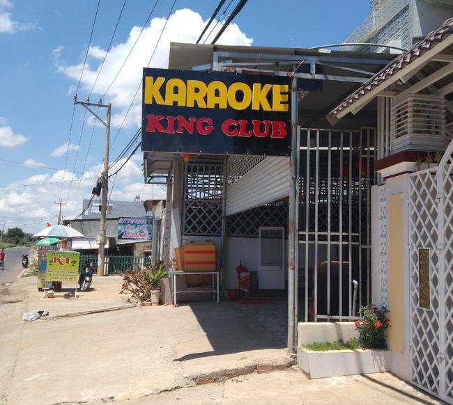 Bất chấp văn bản hỏa tốc của tỉnh, quán karaoke vẫn mở cửa cho 14 người tụ tập ca hát - Ảnh 1.
