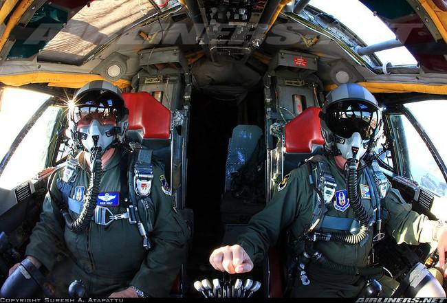Bên trong khoang lái của B-52: Oanh tạc cơ gần 70 tuổi đã lột xác? - Ảnh 11.