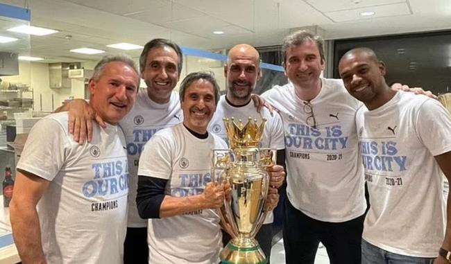 Pep Guardiola ăn mừng chức vô địch.