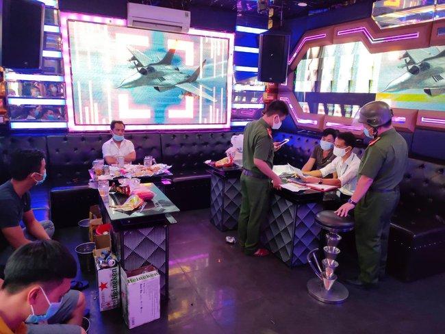 """Bất chấp lệnh cấm, quán karaoke vẫn mở cửa cho khách """"vui vẻ"""" - Ảnh 1."""