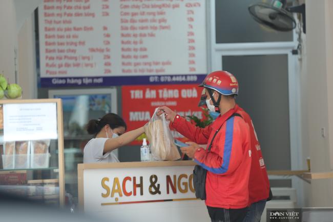 Hà Nội: Hàng quán bán hàng mang về, dịch vụ ship đồ ăn tận nhà được mùa nở rộ - Ảnh 1.
