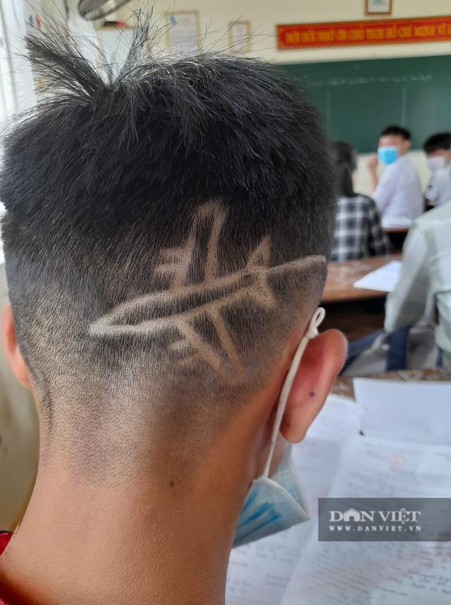 """Nam sinh cá biệt cắt tóc hình máy bay, thầy giáo cũng """"cá biệt"""" có pha xử lý quá đỉnh  - Ảnh 1."""