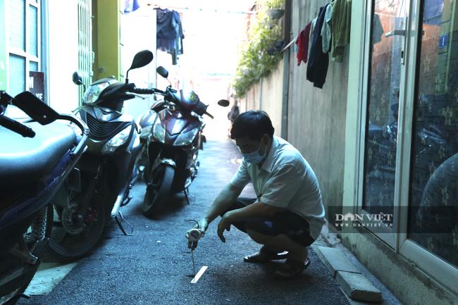 Hà Nội: Người dân bức xúc vì đoạn đường thi công  lại 2, 3 lần, cứ dựng xe là lún - Ảnh 1.
