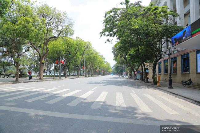 Dịch COVID-19 khiến đường phố Hà Nội vắng lặng lạ thường - Ảnh 4.