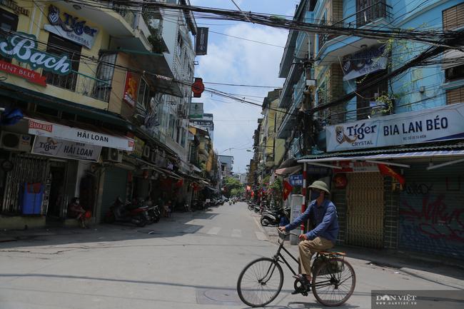 Dịch COVID-19 khiến đường phố Hà Nội vắng lặng lạ thường - Ảnh 7.