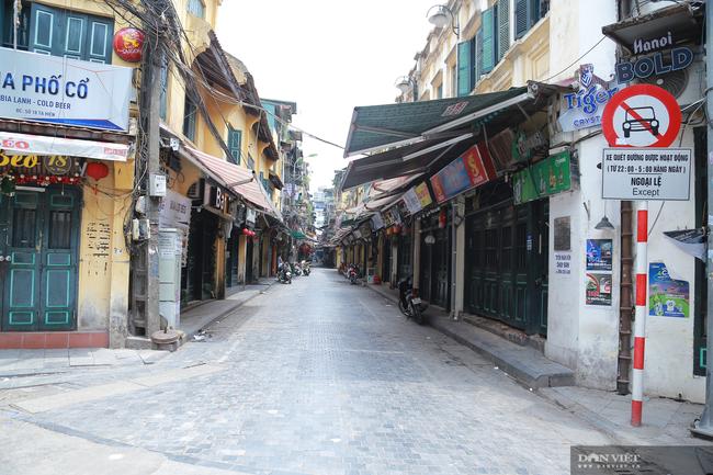 Dịch COVID-19 khiến đường phố Hà Nội vắng lặng lạ thường - Ảnh 8.