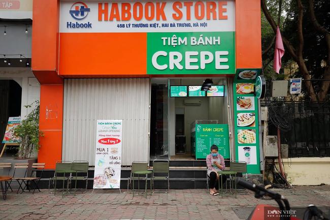 Dịch COVID-19 khiến đường phố Hà Nội vắng lặng lạ thường - Ảnh 9.
