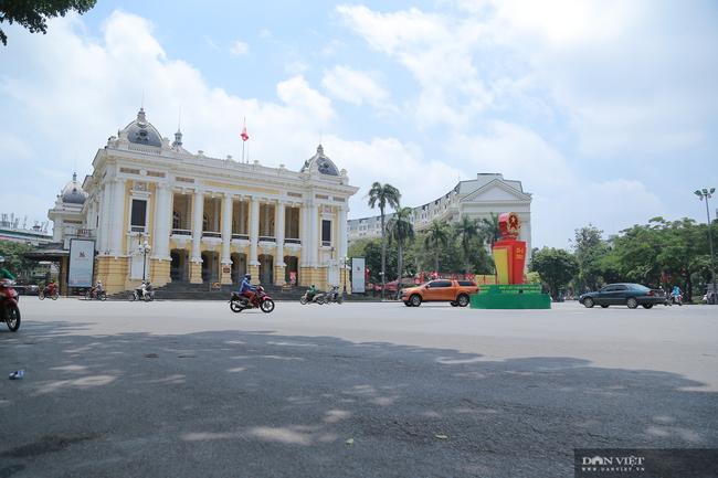 Dịch COVID-19 khiến đường phố Hà Nội vắng lặng lạ thường - Ảnh 12.