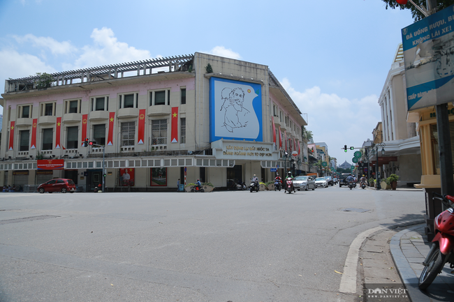 Dịch COVID-19 khiến đường phố Hà Nội vắng lặng lạ thường - Ảnh 2.