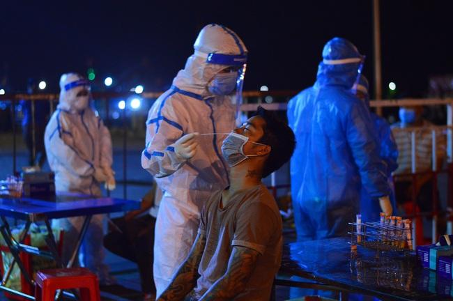 Xuyên đêm lấy mẫu xét nghiệm Covid-19 tại chợ cá lớn nhất Đà Nẵng - Ảnh 6.
