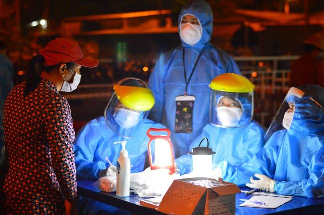 Xuyên đêm lấy mẫu xét nghiệm Covid-19 tại chợ cá lớn nhất Đà Nẵng - Ảnh 5.