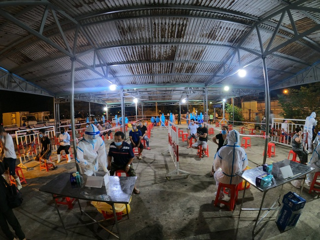 Xuyên đêm lấy mẫu xét nghiệm Covid-19 tại chợ cá lớn nhất Đà Nẵng - Ảnh 1.