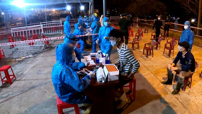 Xuyên đêm lấy mẫu xét nghiệm Covid-19 tại chợ cá lớn nhất Đà Nẵng - Ảnh 3.
