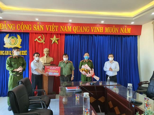 Đà Nẵng: Bắt đối tượng đập phá các pa nô bầu cử - Ảnh 2.