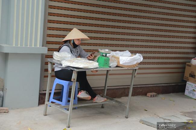 Chợ cóc vẫn hoạt động rầm rộ sau khi Hà Nội ban hành lệnh cấm để chống dịch COVID-19 - Ảnh 12.