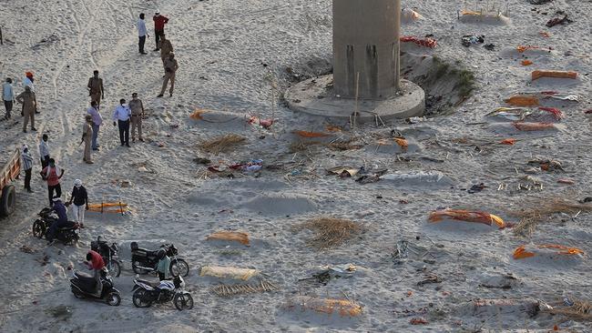 Khủng hoảng Covid-19 ở Ấn Độ: Hàng trăm thi thể được chôn cất sơ sài dọc bờ sông - Ảnh 1.