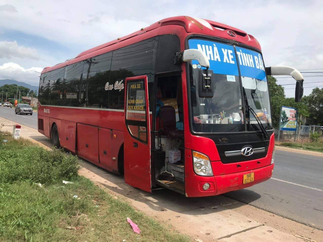 Nóng: CSGT Đồng Nai phát hiện 5 người Trung Quốc trốn trong thùng xốp trên xe khách - Ảnh 2.