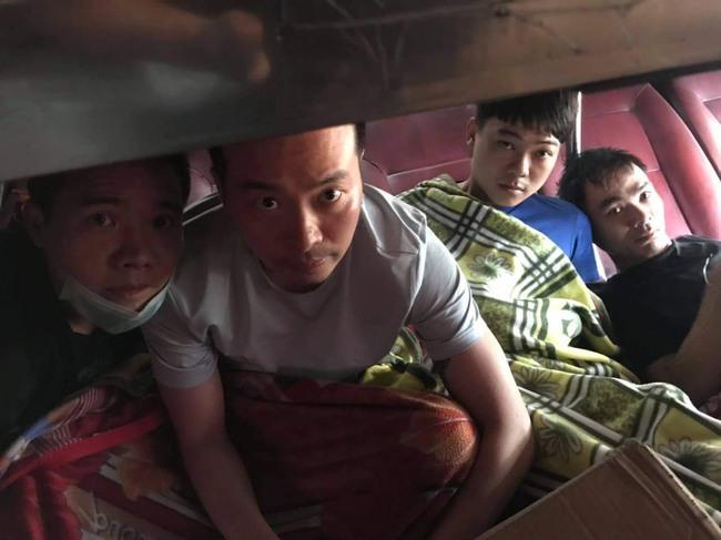 Nóng: CSGT Đồng Nai phát hiện 5 người Trung Quốc trốn trong thùng xốp trên xe khách - Ảnh 1.