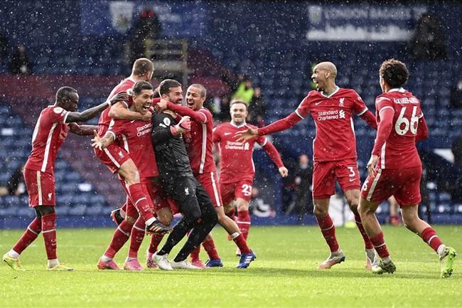 Alisson và đồng đội ăn mừng như thể giành chức vô địch.