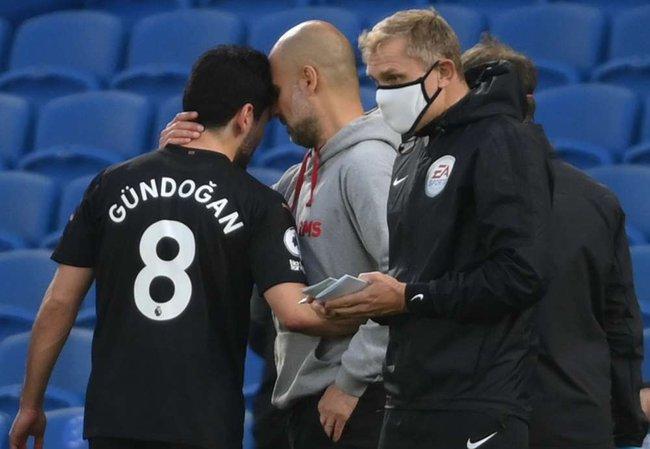 Gundogan rời sân vì chấn thương.
