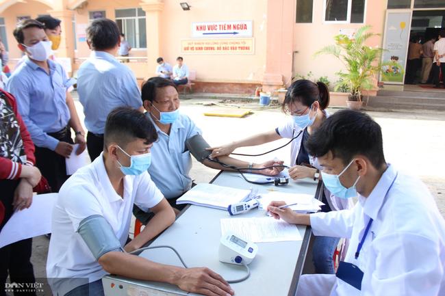 Bình Dương tổ chức tiêm vắc xin phòng Covid-19 hơn 1.000 cán bộ, nhân viên - Ảnh 2.