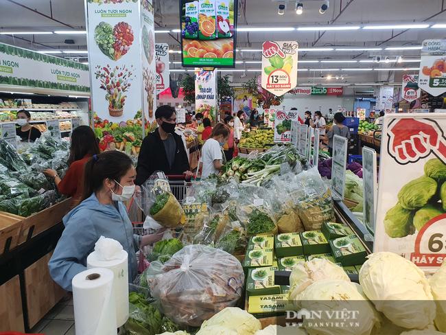 Covid-19 phức tạp, người dân TP.HCM đi siêu thị, mua nhiều rau củ, thịt cá, mì gói - Ảnh 1.