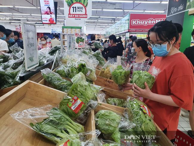 Covid-19 phức tạp, người dân TP.HCM đi siêu thị, mua nhiều rau củ, thịt cá, mì gói - Ảnh 2.