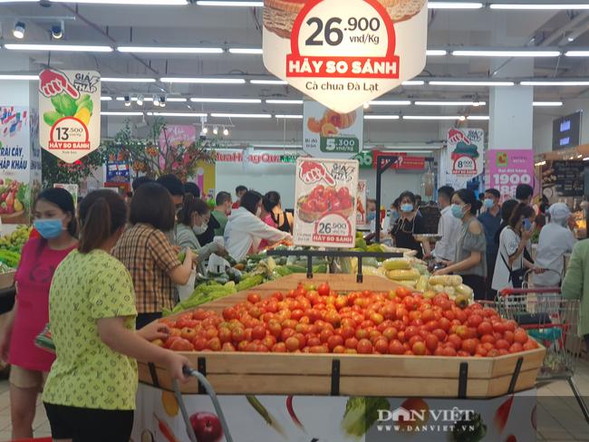 Covid-19 phức tạp, người dân TP.HCM đi siêu thị, mua nhiều rau củ, thịt cá, mì gói - Ảnh 3.