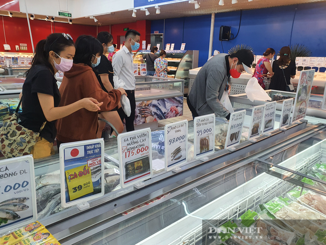Covid-19 phức tạp, người dân TP.HCM đi siêu thị, mua nhiều rau củ, thịt cá, mì gói - Ảnh 4.