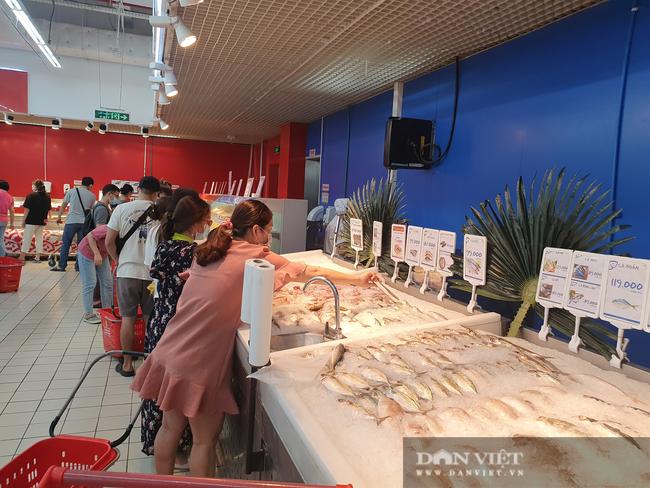 Covid-19 phức tạp, người dân TP.HCM đi siêu thị, mua nhiều rau củ, thịt cá, mì gói - Ảnh 5.