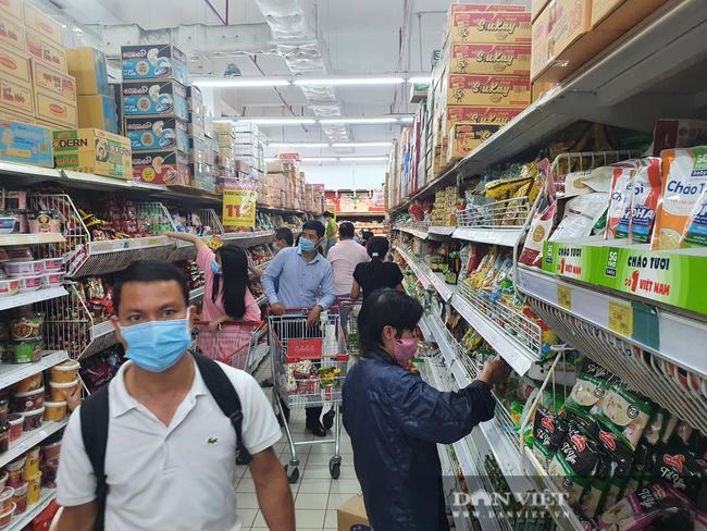 Covid-19 phức tạp, người dân TP.HCM đi siêu thị, mua nhiều rau củ, thịt cá, mì gói - Ảnh 6.
