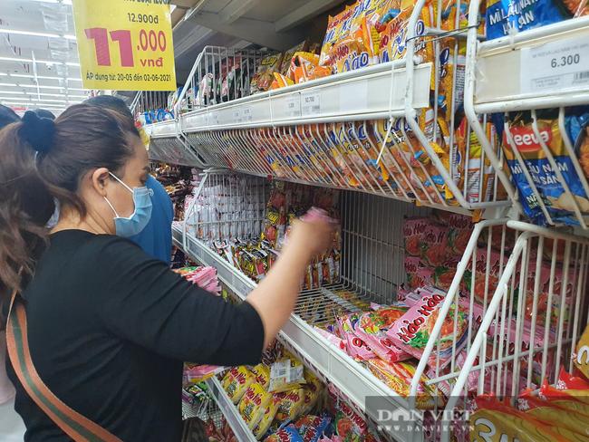 Covid-19 phức tạp, người dân TP.HCM đi siêu thị, mua nhiều rau củ, thịt cá, mì gói - Ảnh 7.