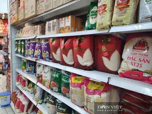 Covid-19 phức tạp, người dân TP.HCM đi siêu thị, mua nhiều rau củ, thịt cá, mì gói - Ảnh 8.